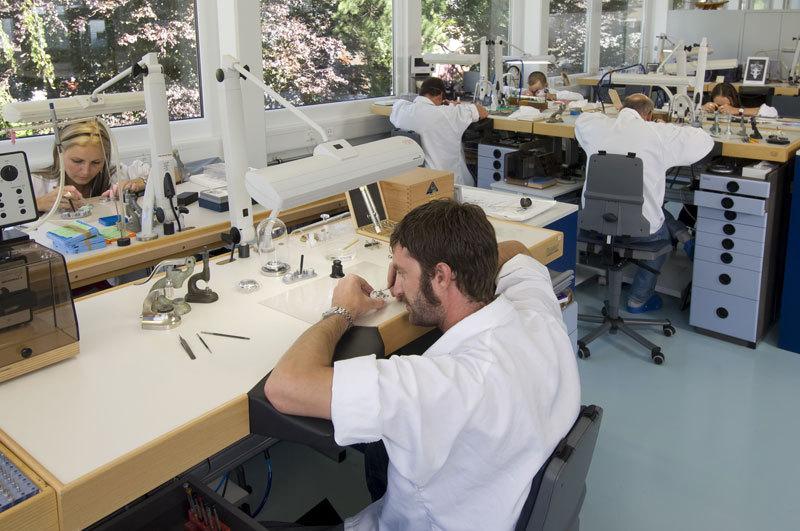 Laikrodžių surinkimas atliekamas tik rankomis ir visiškai sterilioje aplinkoje