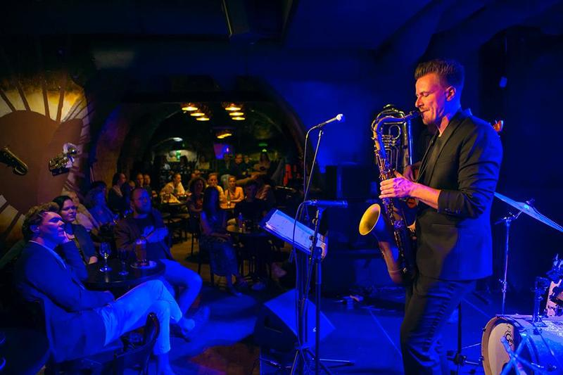 Only the best jazz performers are invited to 'Jazz Club Cellar 11'.